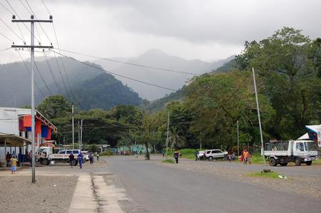 Nuova Guinea: Le persone a Alotau via della citt�, Vista sulle colline, Papua Nuova Guinea