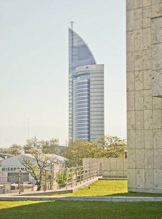 parking facilities: La Torre de Telecomunicaciones de ultra moderna en Montevideo, el edificio m�s alto rascacielos en Uruguay El complejo cuenta con una zona de aparcamiento, un gran instalaciones t�cnicas subterr�neas, un grupo de juego para los hijos del personal y un restaurante panor�mico y comedor