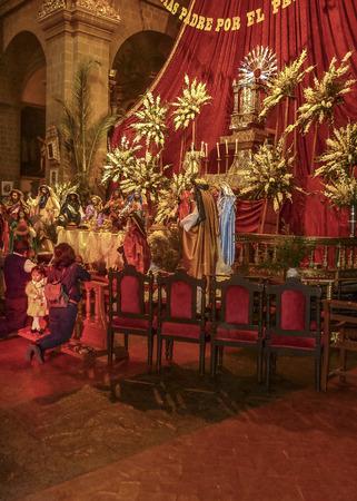 family praying: CUSCO, PER�, abril 2014 -Familia orando en el altar dentro de una iglesia cat�lica en la ciudad de Cusco en Per�