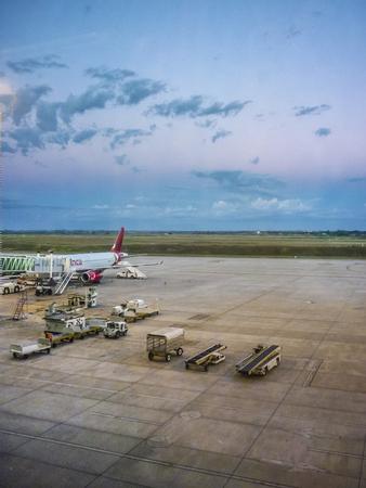 abastecimiento: MONTEVIDEO, URUGUAY, MARZO - 2015 - Vista en perspectiva de avi�n estacionado en el aeropuerto de prestaci�n de recepci�n en el aeropuerto de Carrasco en Uruguay. Editorial