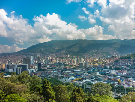 Luftbild von Gebäuden und die Berge von Nutibara Hügel in Medellin, eine der wichtigsten Städte Kolumbien in Südamerika Standard-Bild - 40983934