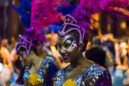 MONTEVIDEO, URUGUAY, ENERO - 2016 - Cerrar la vista de la atractiva mujer negra vestida en el desfile inagural del carnaval de Montevideo, Uruguay