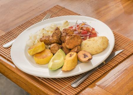Perspectiva vista desde arriba del tiro de la comida tradicional sierra ecuatoriana en mesa de madera