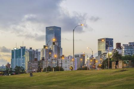 MONTEVIDEO, URUGUAY, décembre - 2015 - Nuit paysage urbain scène de moderns bâtiments situés à l'avant de la rivière à Montevideo, Uruguay