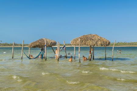 personas banandose: Jericoacoara, Brasil, DICIEMBRE - 2015 - Las personas que se bañan en Lagoa do Paraiso en Jericoacoara en Brasil