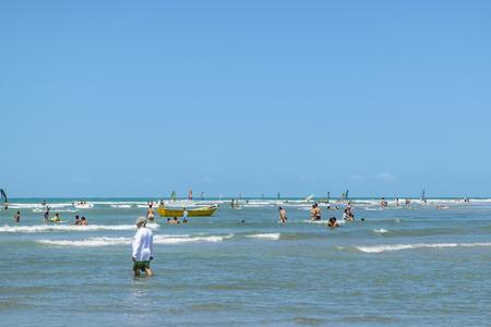 personas banandose: Jericoacoara, Brasil, DICIEMBRE - 2015 - La gente se baña en la playa más famosa de Jericoacoara en Brasil