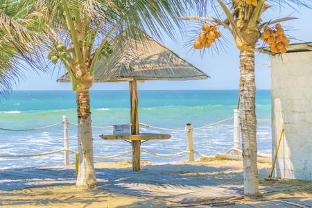 Vaciar bar de estilo rústico en la playa tropical en Santa Elena, Ecuador