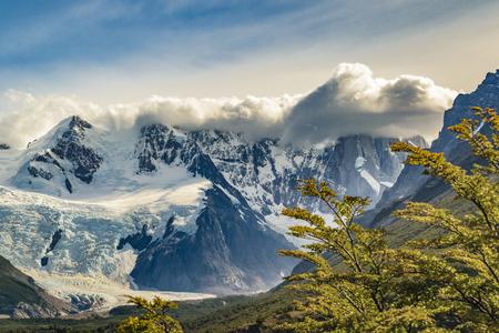 雪に覆われたアンデス山脈とパタゴニアの風景シーン エル チャルテンにある、アルゼンチンの主目的として山を範囲します。