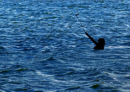 Collage konzeptionelle Foto der Frau Silhouette nehmen ein selfie in der Mitte des Meeres Standard-Bild - 78761866