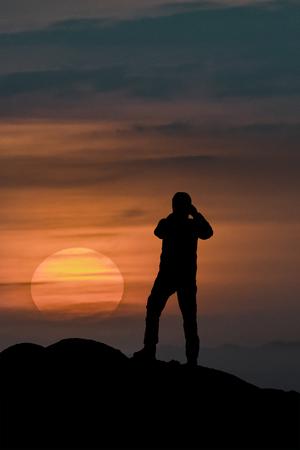Grafische Abbildung Hintere Ansicht des erwachsenen Mannes Fotos des Sonnenuntergangs machend Standard-Bild - 78955986