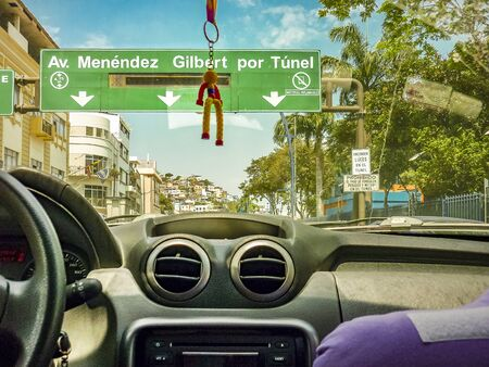 GUAYAQUIL, 에콰도르, 12 월 -2016- 에콰도르 과야 킬 도시에서 자동차의 관점에서 거리에서 도시 현장 스톡 콘텐츠