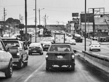 GUAYAQUIL, 에콰도르, 12 월 -2016-과 차일 도시, 에콰도르에서에서 고속도로에서 차 관점 내부 도시 현장 에디토리얼