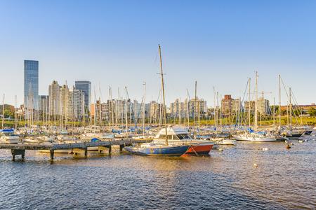 Vista de escena de día de paisaje urbano en el pequeño puerto en la ciudad de Montevideo, Uruguay