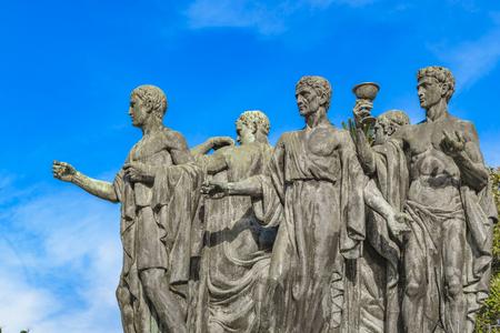 i i  i i toga: Group of men with togas sculpture photo Foto de archivo