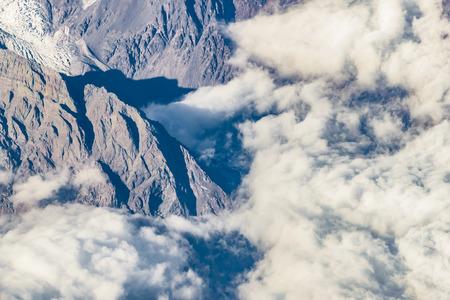 アンデスのウィンドウ飛行機から空撮チリ領土を越えて山の範囲です。