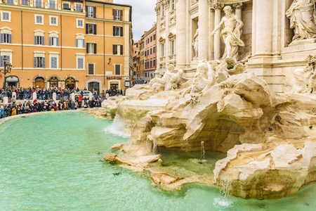 ROME, ITALY, JANUARY - 2018 - Crowded urban scene at fontana di trevi, the most famous fountain of Rome city, Italy Editoriali