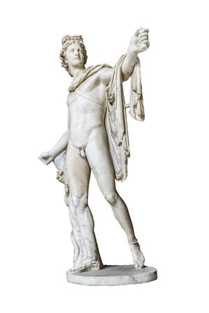 Vista en perspectiva de la famosa copia griega romana de la escultura apolo di belvedere aislada sobre fondo blanco