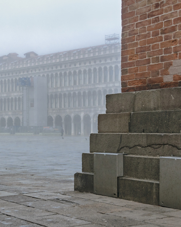 Winter foggy scene at piazza san marcos in venice city, Italy Imagens