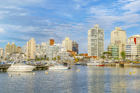 PUNTA DEL ESTE, URUGUAY, OCTOBER - 2018 - Cityscape scene at port in punta del este city, Uruguay 新聞圖片