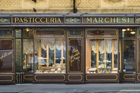 Milán, Italia, JANAURY - 2018 - Restaurante fachada exterior en el centro histórico de la ciudad de Milán, Italia