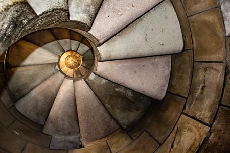 Innenansicht gefährliche Wendeltreppe in der berühmten Kirche der Heiligen Familie in Barcelona, Spanien