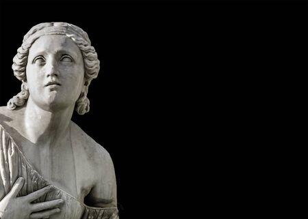 Photo de sculpture de femme de style grec ou romain isolée sur backgorund noir