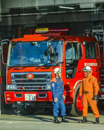 KANAGAWA, JAPAN, JANUARY - 2019 - Two men talking at fire station in kanagawa prefecture, japan Banque d'images - 130522407