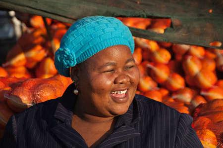 mujeres gordas: Feliz mujer africana de venta  Foto de archivo