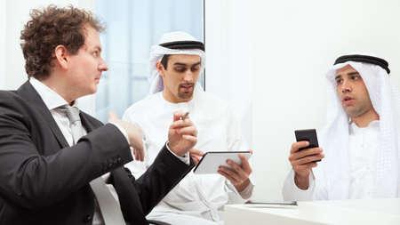 hombre arabe: Grupo de gente de negocios trabajando y discutiendo