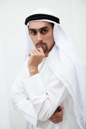 hombre arabe: Retrato de un apuesto hombre de negocios de Oriente Medio