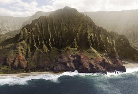 cenital: Vista aérea de la costa del Na Pali en la isla de Kauai, Hawaii