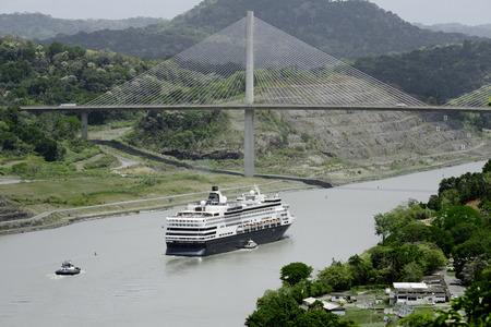 大型クルーズ船がパナマのセンテニアル橋、パナマ運河の下を通過