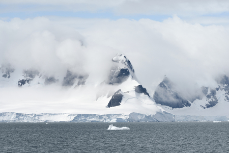 Calving glacier and clouds covering the coastline of Paradise Bay, Antarctic Peninsula Banque d'images