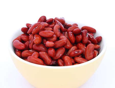 ciep�o: Wiele gotowane czerwonej fasoli w yeallow bowl na białym tle