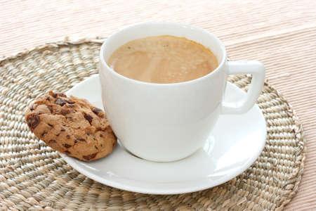 noone: Close up vista di due cookie chocolate chip sul piattino bianco con caff� expresso