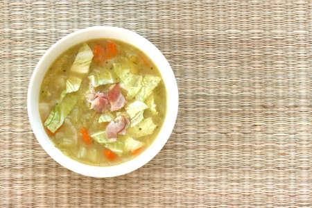 Овощной суп капуста в белом миску с беконом куски Фото со стока