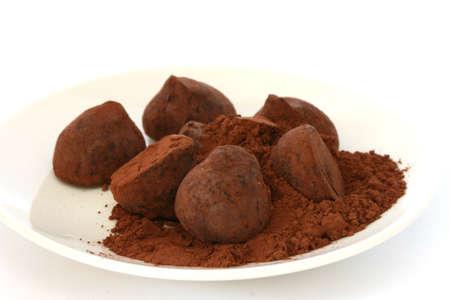 truffe blanche: Truffe au chocolat bonbons pralinés recouvert de poudre de cacao sur la plaque blanche et backgroun Banque d'images