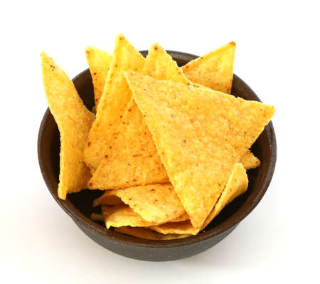 Мексиканские тортильи чипы в коричневый миску на белом фоне Фото со стока