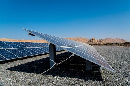 großer Solarpark mit Bergen im Hintergrund, eine Quelle für saubere Energie