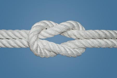 The Reef Knot ou noeud carré est rapide et facile à faire; il est un bon n?ud pour fixer les éléments non essentiels Ce n?ud a été utilisé pendant des siècles par les marins pour les voiles de ris, d'où le nom de noeud de récif