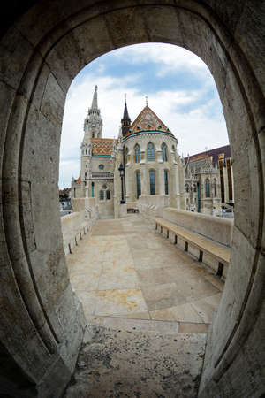 view on the arch of Fisherman's bastion and Mattias church in Budapest, Hungary Foto de archivo