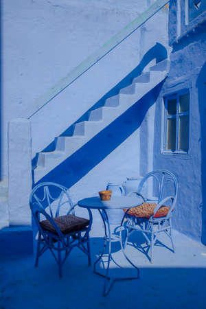 Beautiful house in chefchouen, the city known for his colorful streets and walls. Blue door, entrance of cozy house. Foto de archivo