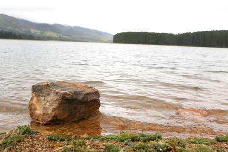 Rock in lake 版權商用圖片