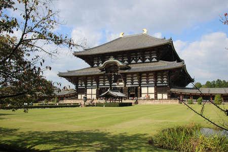 world's: Todai-ji Buddhist temple, houses the world s largest bronze statue of the Buddha