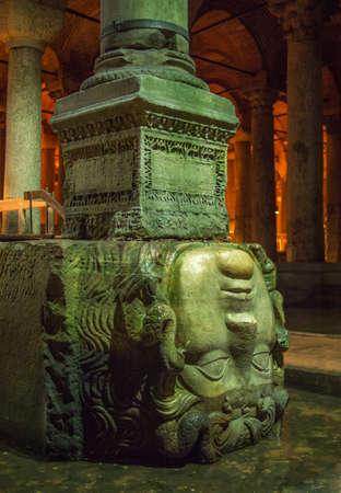 aljibe: estatua de la cabeza de la medusa en La Cisterna de la basílica, Estambul, Turquía Foto de archivo