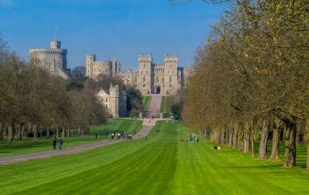 REINO UNIDO, WINDSOR - 7 DE ABRIL DE 2015: La larga caminata hasta el Castillo de Windsor
