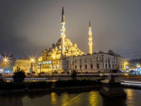 """Turkey, Istanbul - March 15, 2015: Night shot of the Yeni Cami Mosque nicknamed """"The New Mosque"""", located in the Eminonu quarter of Istanbul 에디토리얼"""