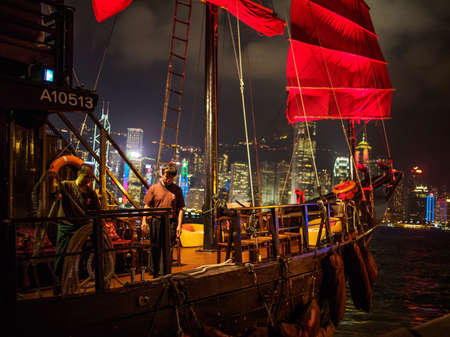 Hong Kong, Kowloon - November 10, 2014: Hong Kong night view of iconic junk ship setting off for a trip across the harbour 에디토리얼