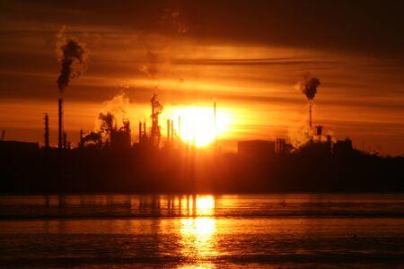 Zons opgang boven de raffinaderij Stockfoto