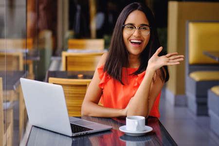La ragazza latinoamericana fa una pausa caffè in un bar
